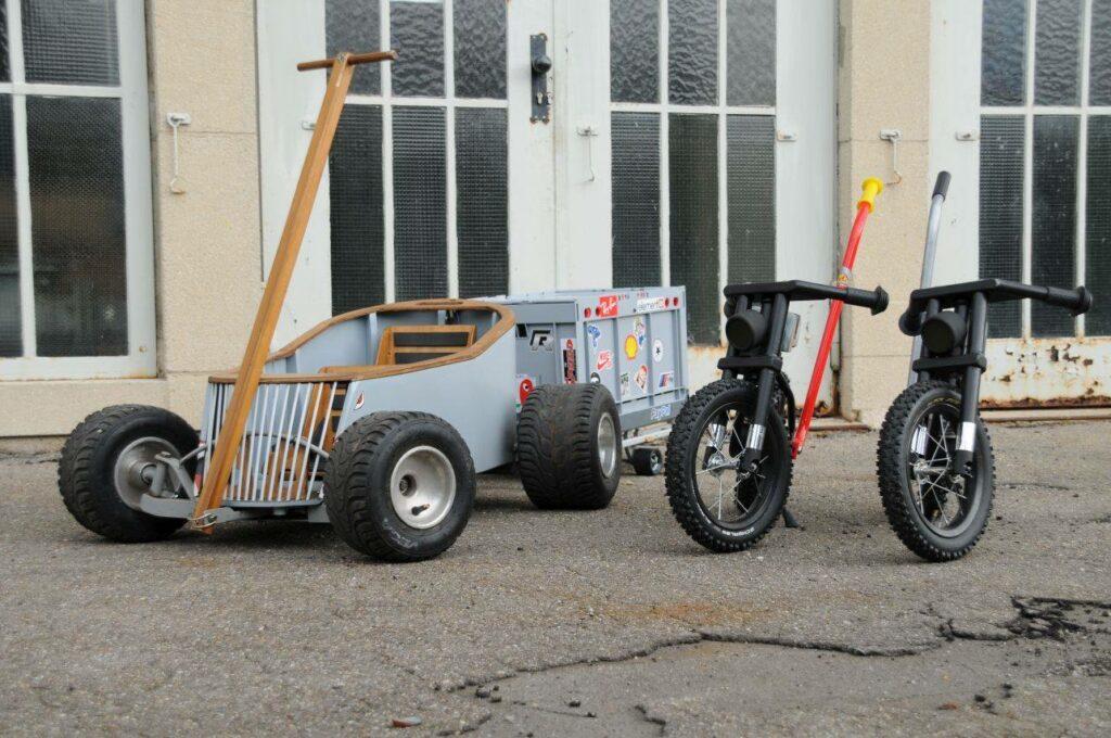 Was für ein Set: Bollerwagen und Kinderbikes