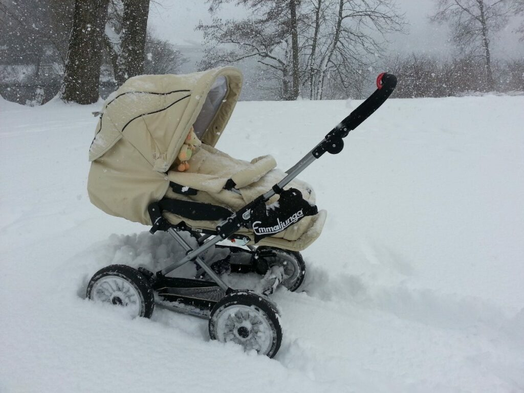 Kinderwagen Emmaljunga Mondial Duo Combi im Schnee