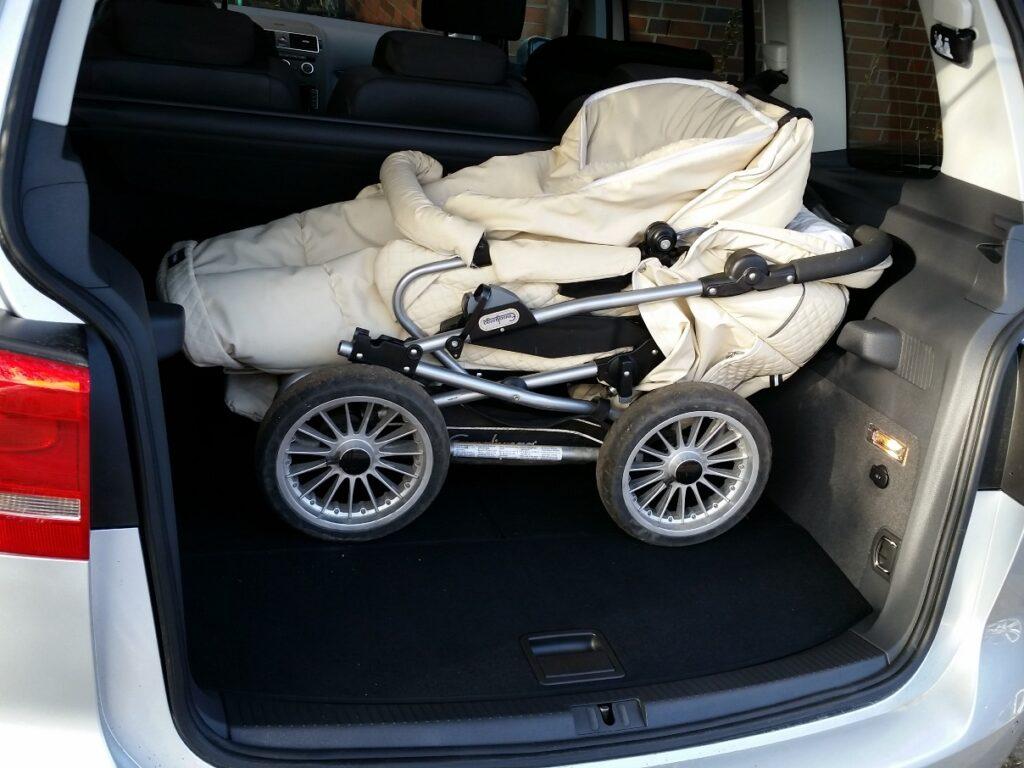 VW Touran TDI (2015) mit Kinderwagen im Kofferraum