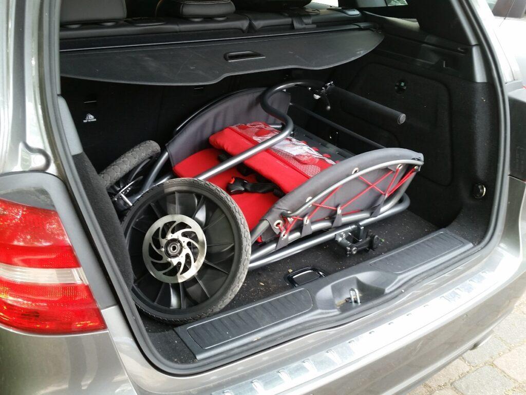 Im Auto braucht der YippieYo Crossbuggy reichlich Platz
