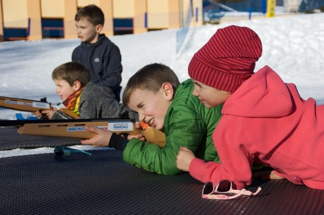 Zum Biathlon gehört auch eine ruhige Hand und Zielsicherheit