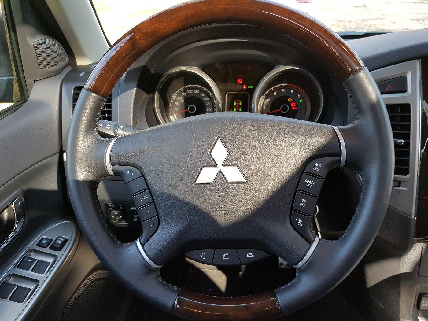 Mitsubishi_pajero-lenkrad