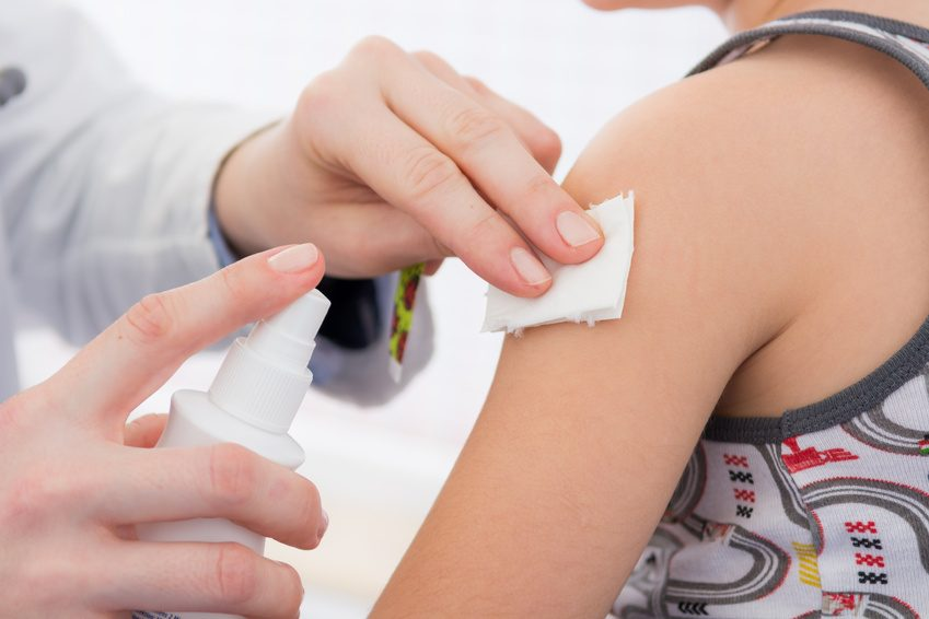 kind bekommt eine impfung - impfen