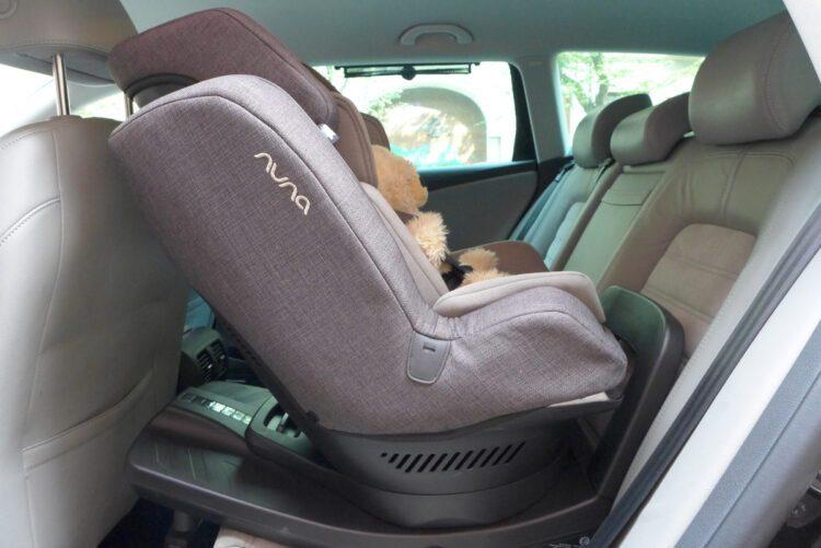 Der Nuna REBL plus Kindersitz rückwärts gerichtet