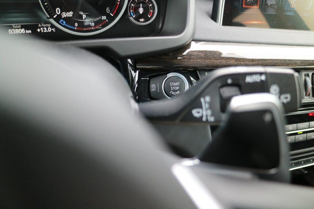 BMW X5 Familienauto Startknopf