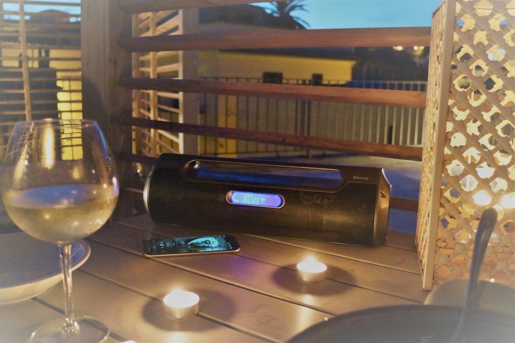 Die PEAQ Boombox beim Dinner auf der Dachterrasse