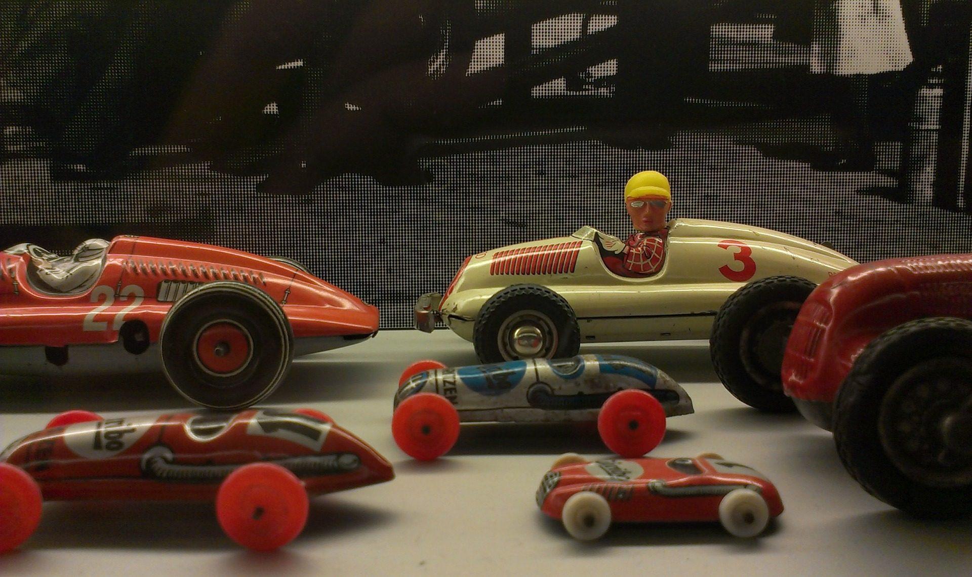 tin-toys-261304_1920
