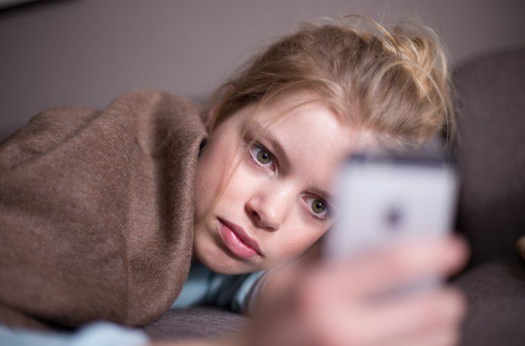 jugendliche,-die-digital-belaestigt-werden,-fuehlen-sich-in-der-realen-welt-oft-allein-und-ziehen-sich-von-freunden-und-eltern-zurueck