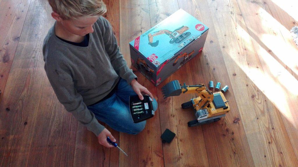 Batterien rein in den Siku Liebherr R980 SME Raupenbagger und los geht die Fahrt...