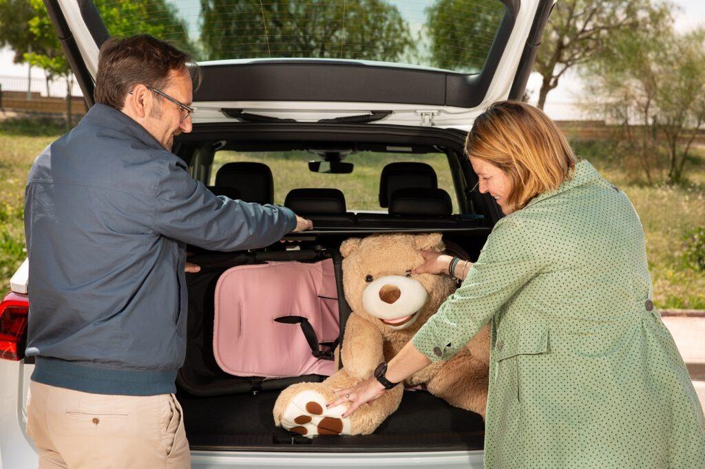 Eltern beladen Auto