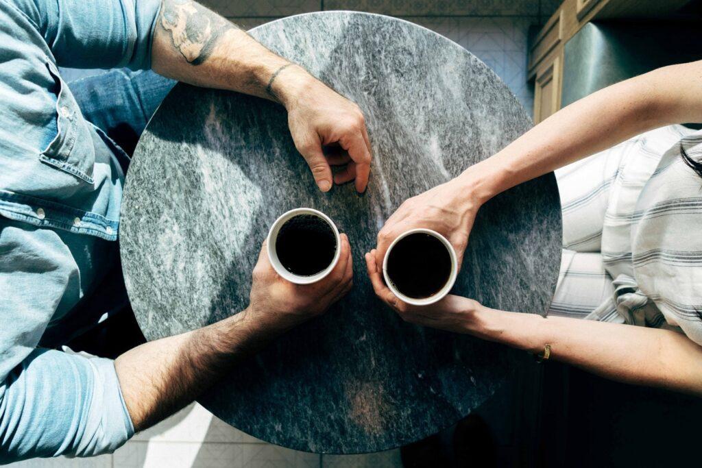 Ein Paar diskutiert mit einem Kaffee in der Hand