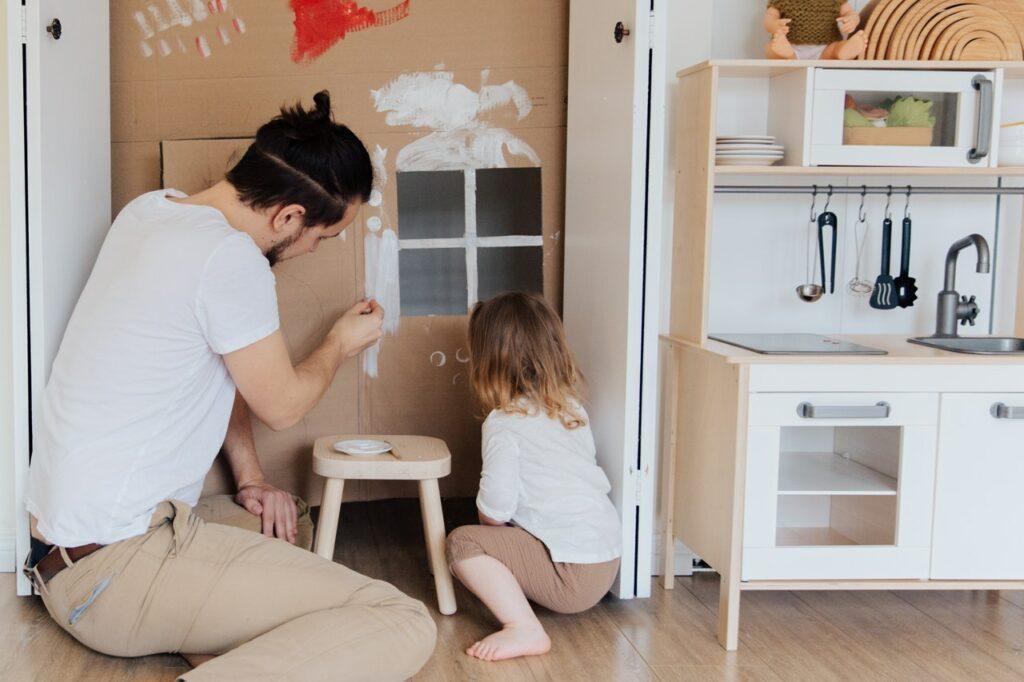 Vater und Tochter basteln während des Lockdowns