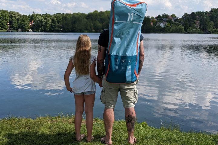 Stand Up Paddling von Papa und Tochter