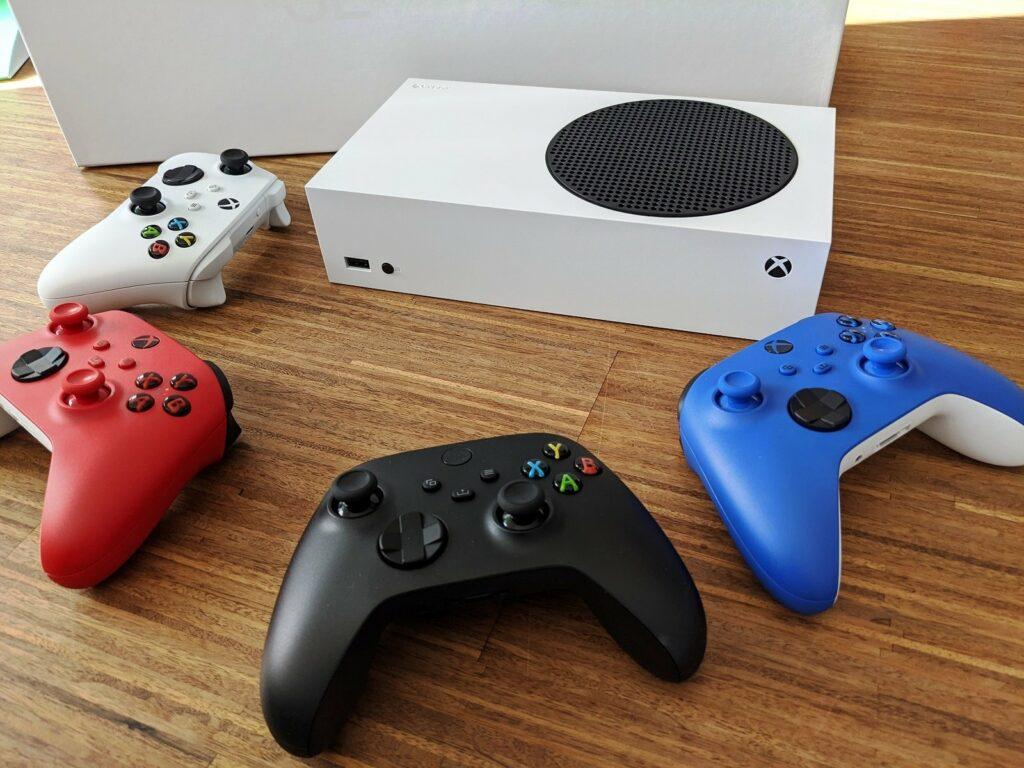 Xbox Series S und vier Xbox Controller