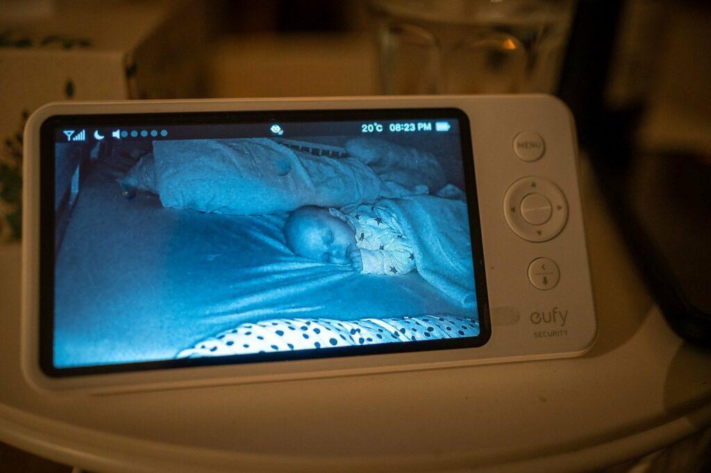 Mit dem eufy Security SpaceView Babyphone können Eltern den Schlaf des Kindes überwachen
