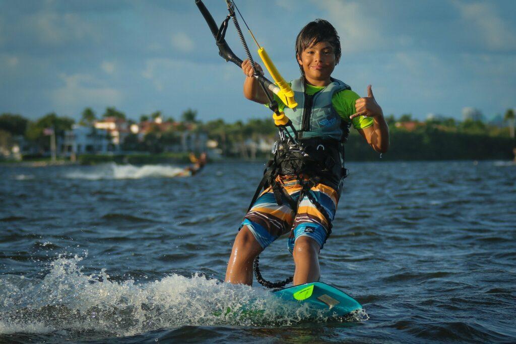 Kitesurfen können Kinder ab etwa zehn Jahren lernen