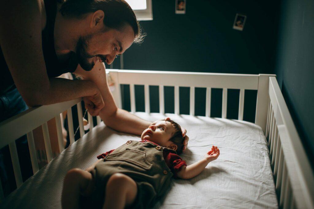 Babys in den Schlaf zu bekommen, kann für die Eltern ein anstrengendes Programm sein