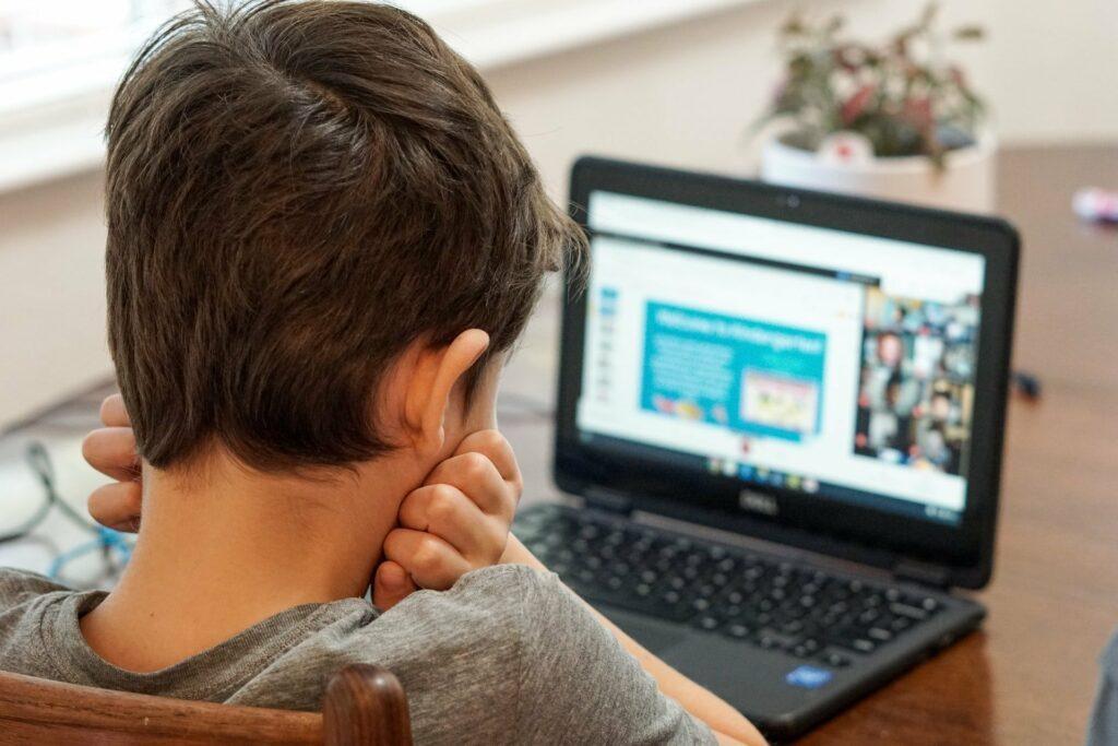 Bei der Nutzung von Social Media lauern gefahren, daher sollten Eltern die ersten Schritte begleiten