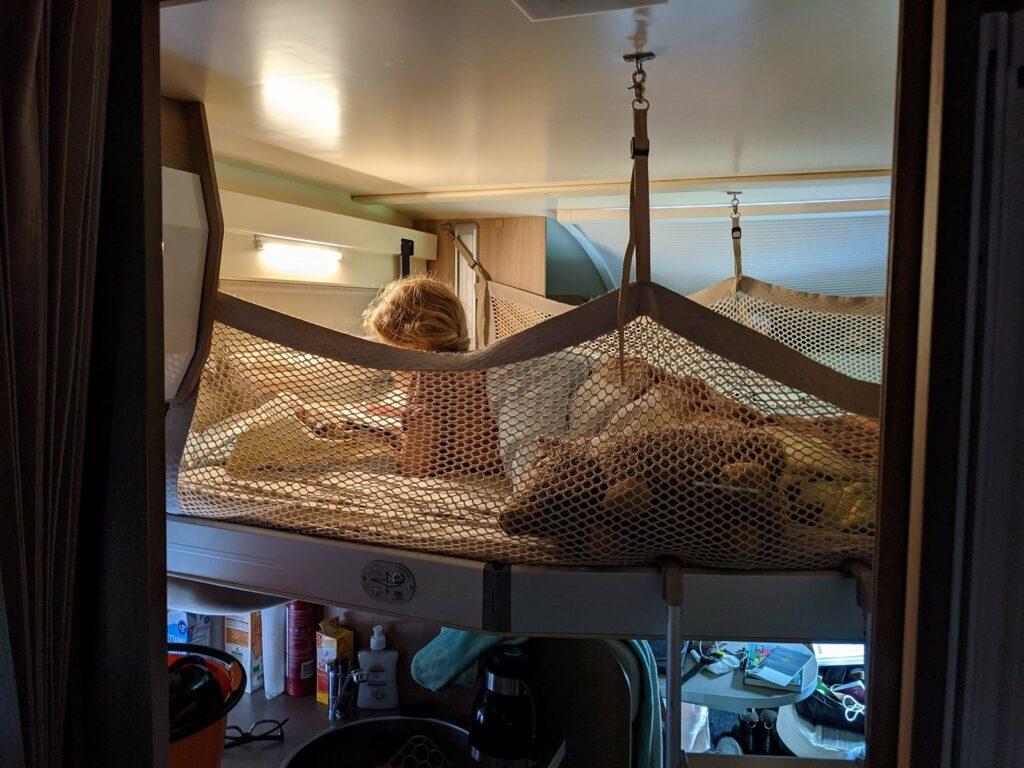 Absenkbares Bett im gemieteten Wohnmobil
