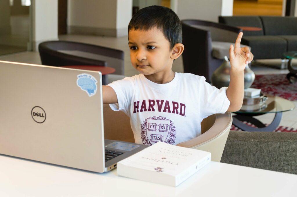 Bei Novakind lernen Kinder in Videokonferenzen die englische Sprache