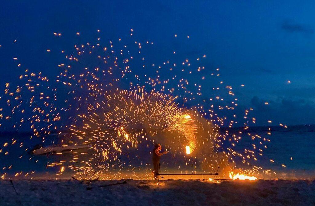 Mit Trommeleinlagen und einem artistischen Strand-Feuerwerk wird der maledivische Abend auf Amilla Maldives eingeläutet.