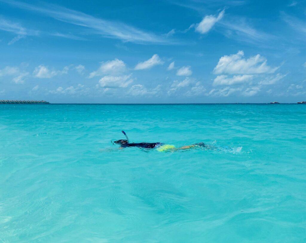 Direkt vor der eigenen Beach-Villa erstreckt sich die türkis-funkelnde Lagune von Finolhu Island.