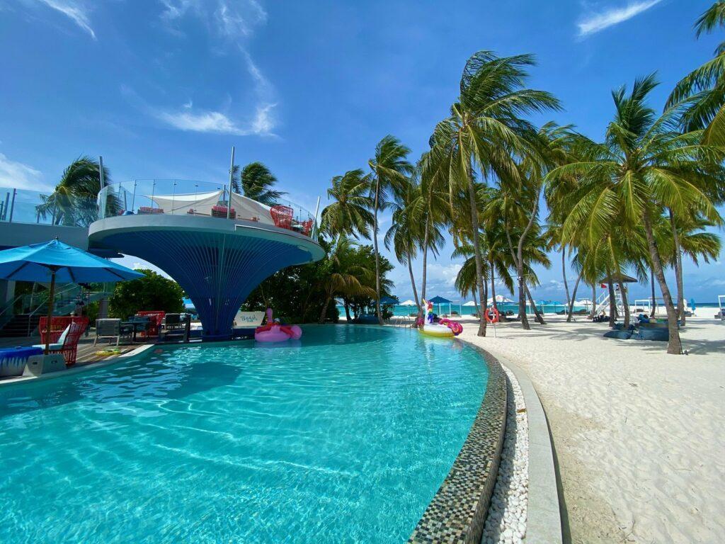 In einen psychedelischen Farbrausch geraten wir nicht nur in der maledivischen Natur, sondern auch am knallbunten Süßwasserpool von Finolhu Island.