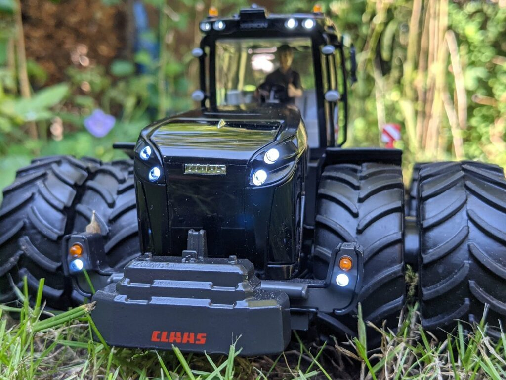 Claas Xerion 5000 Special Edition mit Siku Control und 22 LED Lampen