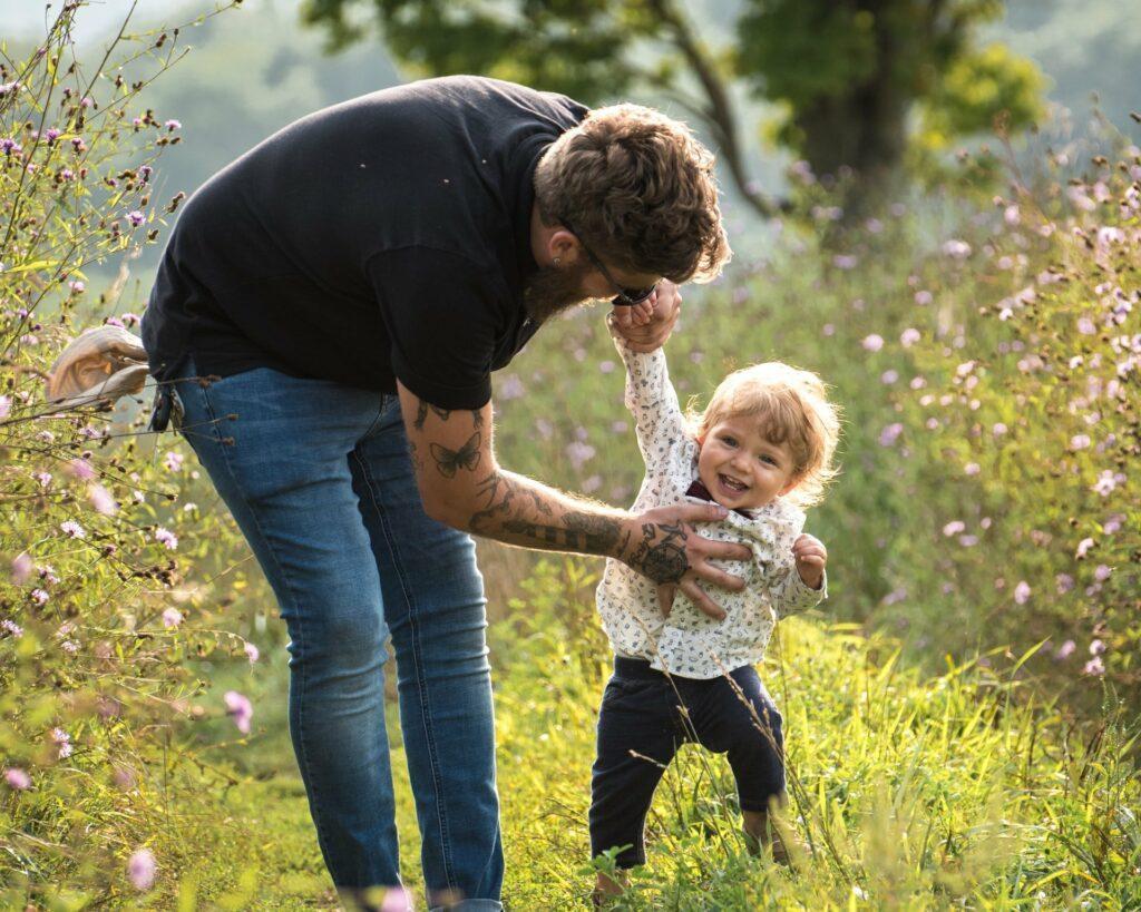 Papas können ihre Kinder durch einen Vaterschaftsurlaub intensiver begleiten
