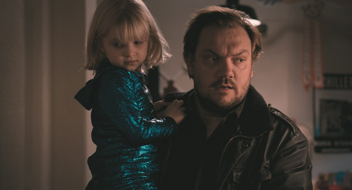 gestresster Dad Charly Hübner