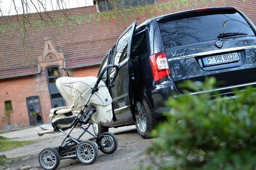 Lancia Voyager Platinum (2014) mit Kinderwagen