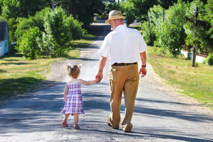 Großeltern im Urlaub mit Enkeln