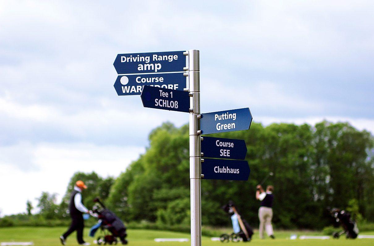 Wegweiser auf dem Golfplatz