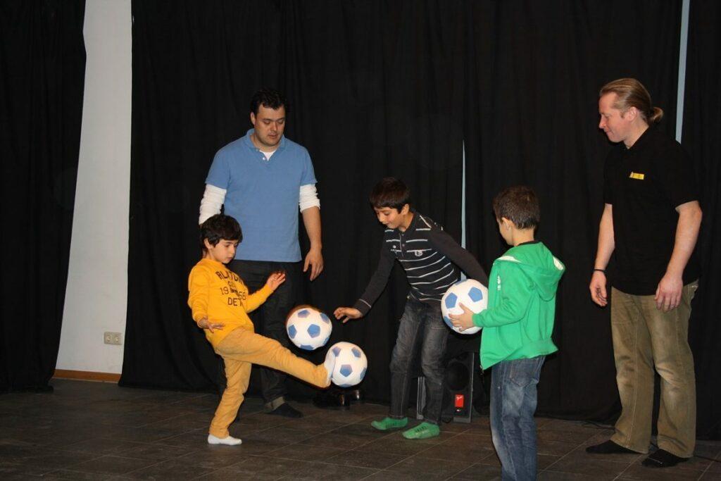 Moderator Christian Bahrmann mit Kindern