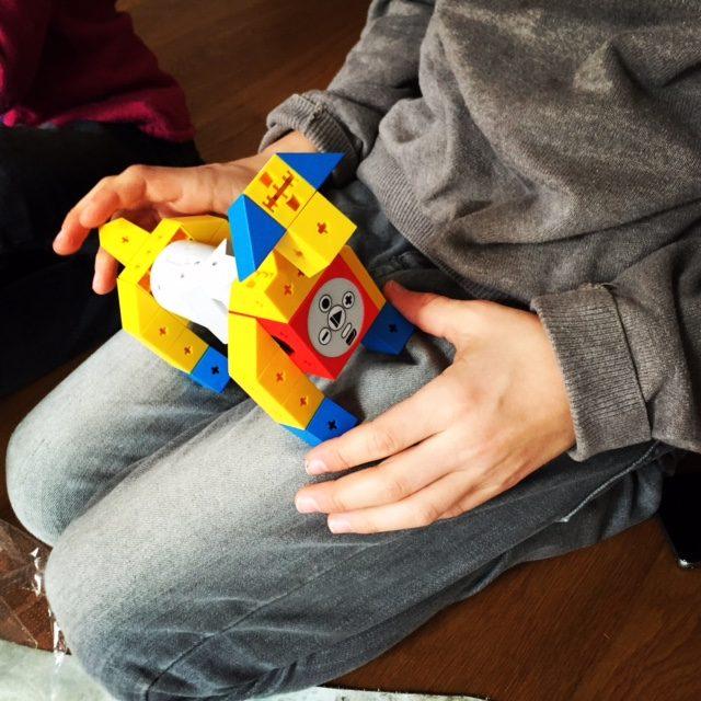 Mit defn Tinkerbots lässt sich unter anderem ein Hund bauen, der dann laufen lernt