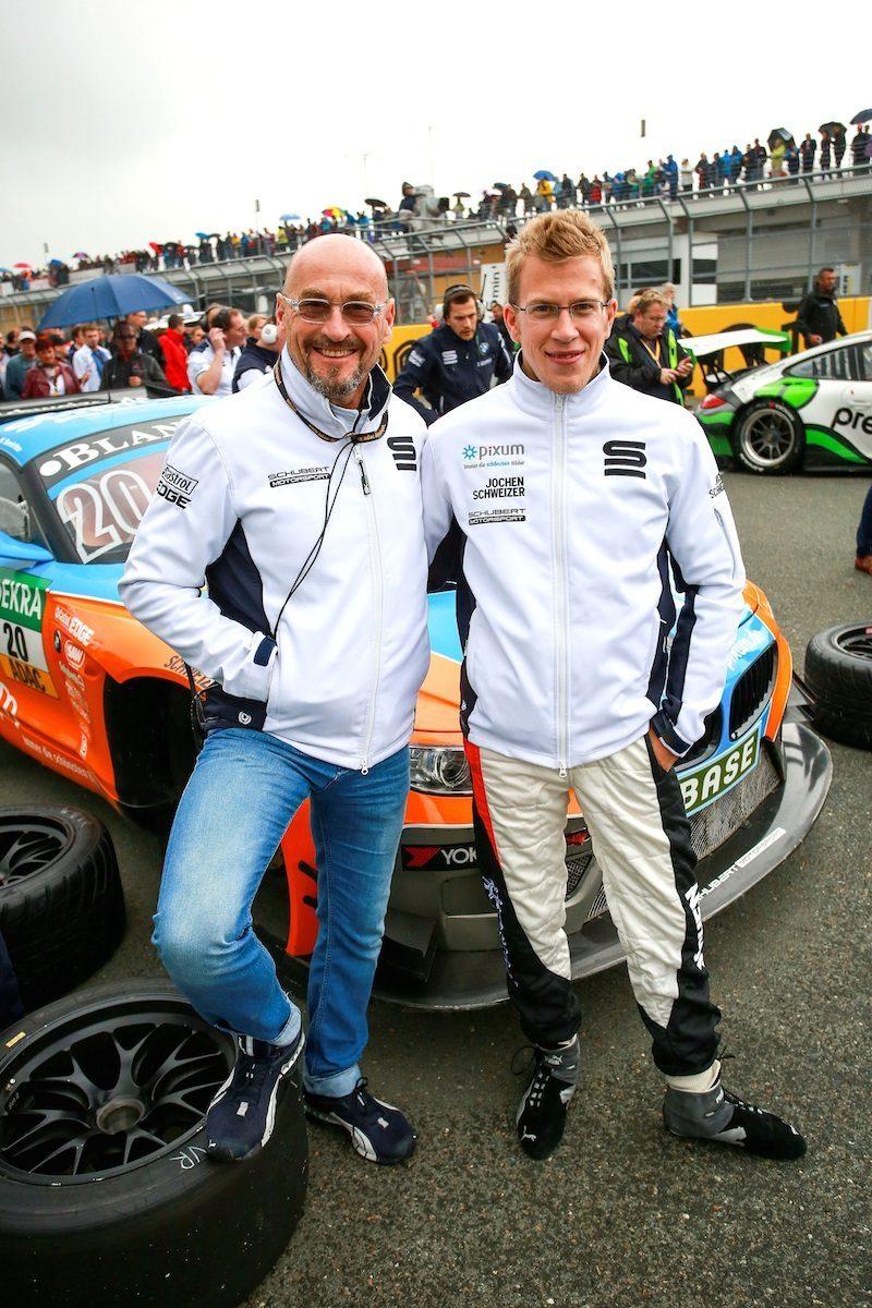 Jochen Schweizer mit Sohn an der Rennstrecke