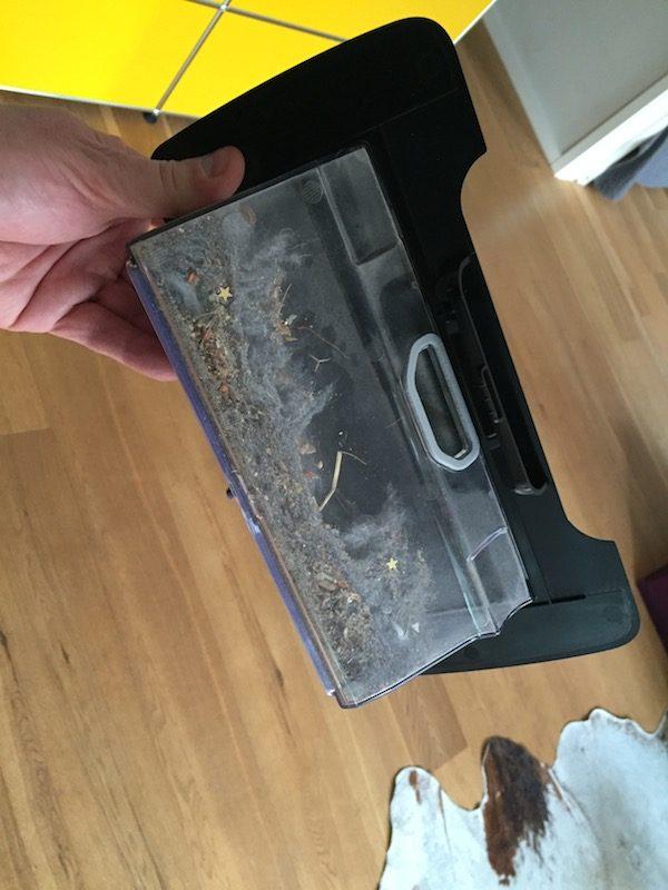 Beim Neato Saugroboter landet ordentlich Dreck sichtbar im Auffangbehälter.