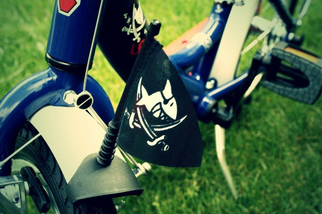 Das Capt´n Sharky Kinderfahrrad von Puky hat auch eine Piratenflagge