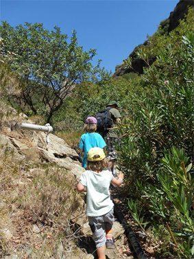Vater mit Kindern beim Geocaching