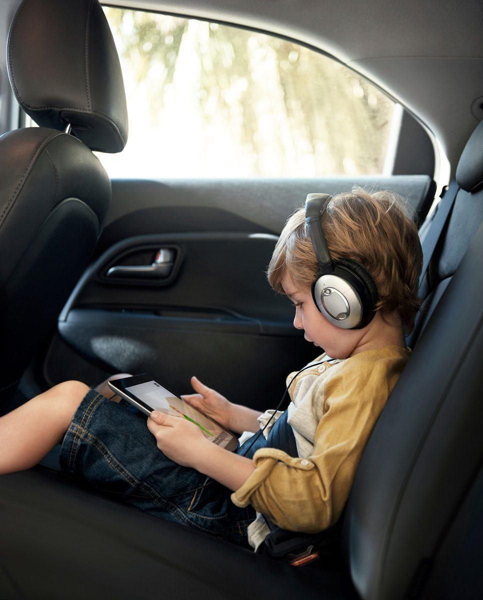 child in a car tablet maxdome3 32