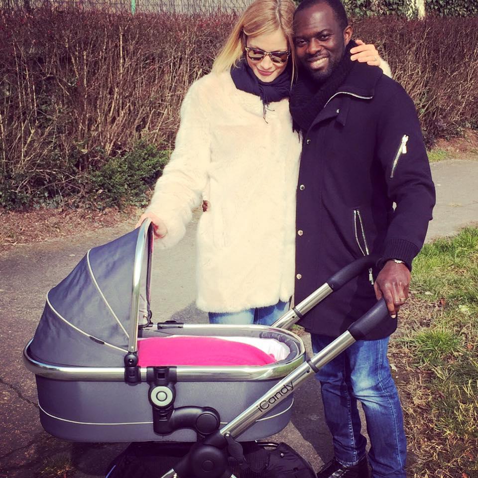 Pia und Hans Sarpei mit Kinderwagen