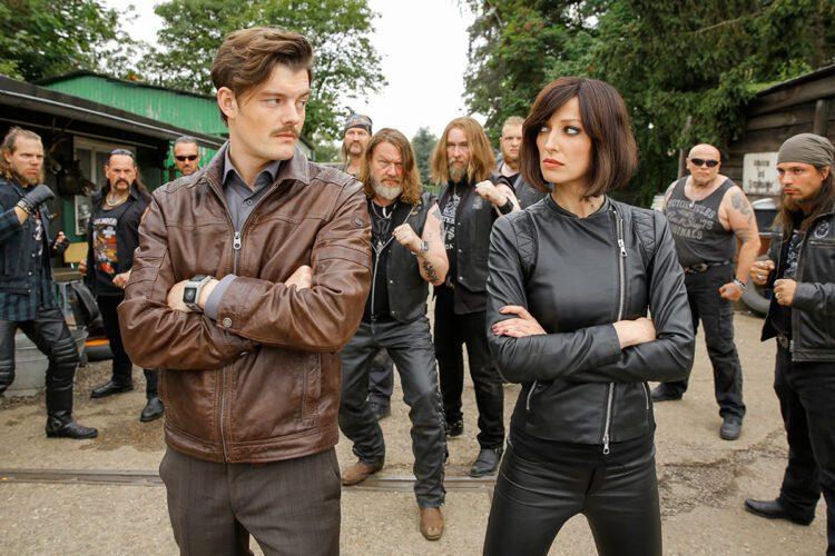 Um Robbi in ihre Gewalt zu bringen nehmen es Brad Blutbat (Sam Riley) und Sharon Schalldämpfer (Alexandra Maria Lara) sogar mit der Schrottplatzgang auf.